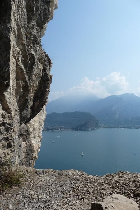 Sopra a destra e sotto, il panorama sul lago di garda apprezzabile